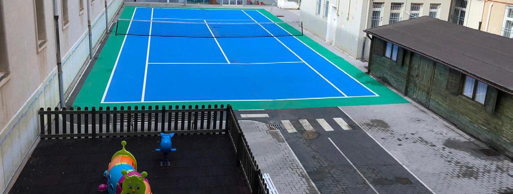 Campo da tennis e spazio giochi bimbi